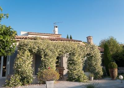 Terrasse ombragée de la maison des prés à Caromb