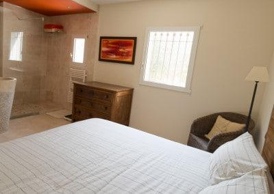 chambre 2 avec sa salle de bain